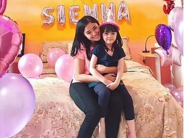 Sienna Ameerah Kasyafani sudah berumur lima tahun nih. Wah senangnya merayakan ulang tahun dengan Ibu Marshanda. (Foto: Instagram @marshanda99)