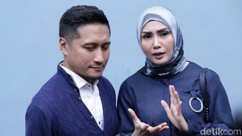 Arie Untung Datangi Polda Metro Jaya, Laporkan Salah Satu Suami Artis?