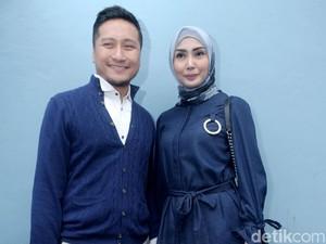 Fenita Arie Berhijab dan Ultah, Arie Untung Beri Hadiah Mobil Mewah