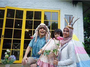 Sienna bersama Ayah Ben dan Mama Nesyana Ayu Nabila, sang mama sambung yang sayang banget sama Sienna. (Foto: Instagram @benkasyafani)