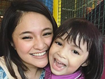 Senyum ibu dan anak ini sama-sama manis. (Foto: Instagram @marshanda99)