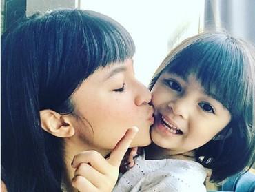 Mmuaach, ciuman mesra dari sang ibu buat Sienna. (Foto: Instagram @marshanda99)