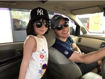 Wah kompak banget, sama-sama pakai topi dan sama-sama pakai kacamata hitam. (Foto: Instagram @benkasyafanni)
