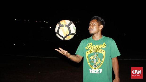 Andik diklaim kenakan kaus Bonek saat tanda tangan kontrak dengan Madura United.