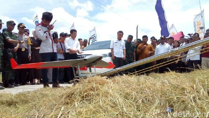 Menurut sang pengendali, Adham Cholis Majid, pesawat tanpa awak itu diberi nama Unmanned Aerial Vehicle (UAV). Fungsinya untuk memetakan luas lahan siap panen, dan mengetahui usia padi.