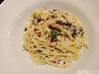 Spaghetti carbonara yang creamy enak.