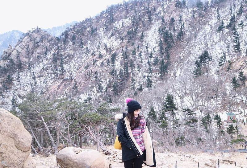 Ranty Maria adalah aktris muda yang tengah naik daun. Selain sibuk main sinetron, dara cantik ini gemar traveling. Foto terbarunya di Instagram, memamerkan dia sedang liburan ke Korea Selatan, tepatnya di Seoraksan Mountain yang bersalju. (Instagram/Ranty Maria)