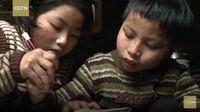 Kisah Haru Gadis 9 Tahun yang Setiap Hari Gendong Kakaknya ke Sekolah