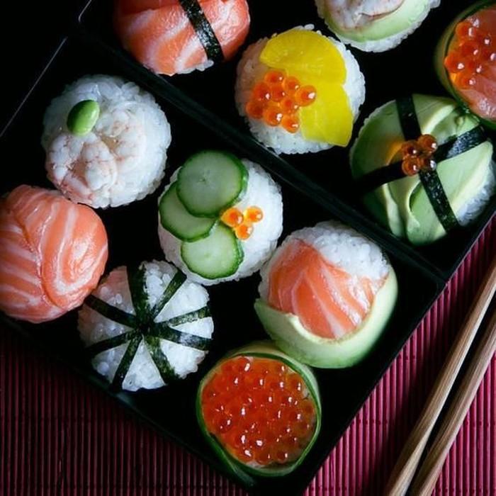 Yang ini sushi dikepal bentuk bulat dengan aneka topping, dari nori, ikura, kyuru hingga fillet salmon. Cukup untuk dua kali gigit.Foto: Istimewa