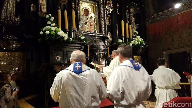 Para peziarah yang berkunjung untuk berdoa kepada Black Madonna