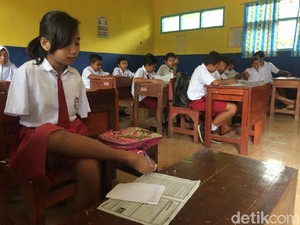 Pelajar Menulis dengan Kaki Ini Rela Berjalan 1 Jam Menuju Sekolah
