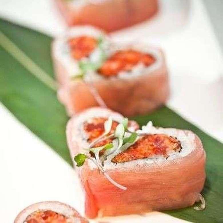 Sushi gulung dibentuk hati dengan warna daging ikan pink dan isian dalam lengkungannya. Cantik kayak bunga ya?Foto: Istimewa