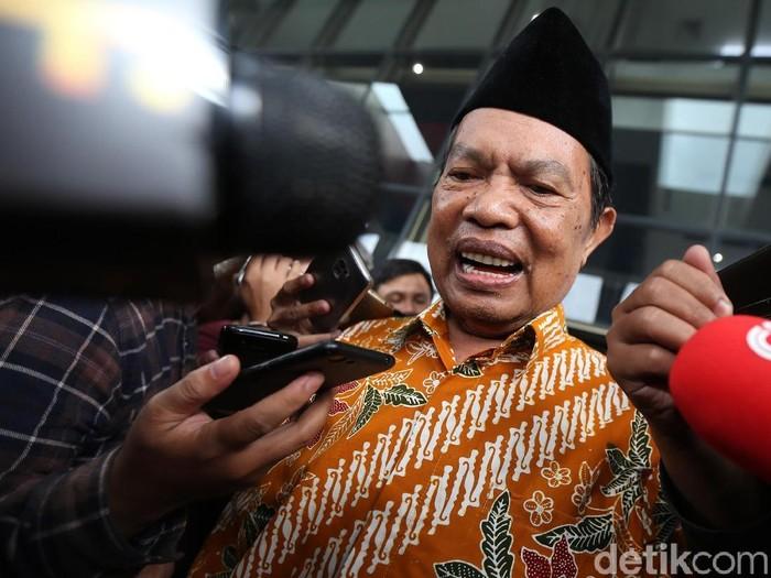 Wali Kota Mojokerto Masud Yunus meninggalkan gedung KPK, Jakarta, Selasa (23/1/2018) usai diperiksa sebagai saksi dalam kasus dugaan suap pengalihan anggaran Dinas PUPR Kota Mojokerto tahun 2017. Ia sempat tertawa dan terkekeh saat ditanya para jurnalis. Pada kasus ini, status Masud Yunus sudah menjadi tersangka.