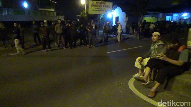 Polisi dan ormas membubarkan pesta ultah waria di Tasikmalaya, Selasa (23/1/2018)