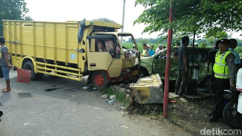 Mobil Avanza Ringsek Ditabrak Truk di Jombang, Penumpang Selamat