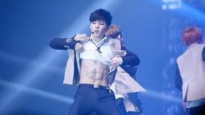 Foto Olahraganya Jimin, Si Tukang Pamer Abs di BTS