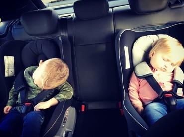 Wah lelah banget kayaknya dua bocah ini ya. He-he. (Foto: Instagram/missamybywater)
