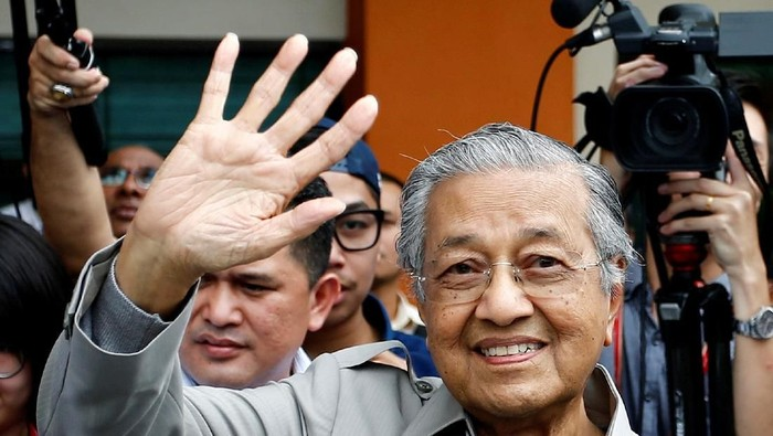Malaysias former prime minister Mahathir Mohamad and his wife Siti Hasmah Mohamad Ali take a selfie as they attend a Star Wars movie screening in this undated photo posted on Mahathirs Twitter account December 14, 2017. Social Media/Mahathir Mohamad via REUTERS ATTENTION EDITORS - THIS IMAGE WAS PROVIDED BY A THIRD PARTY. NO RESALES. NO ARCHIVES