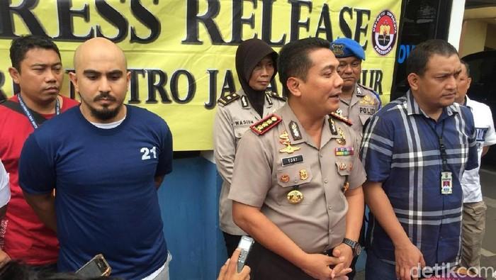 Polisi rilis kasus pria penerobos busway yang akibatkan anggota polisi terluka (Foto: Nugroho Tri Laksono/detikcom)