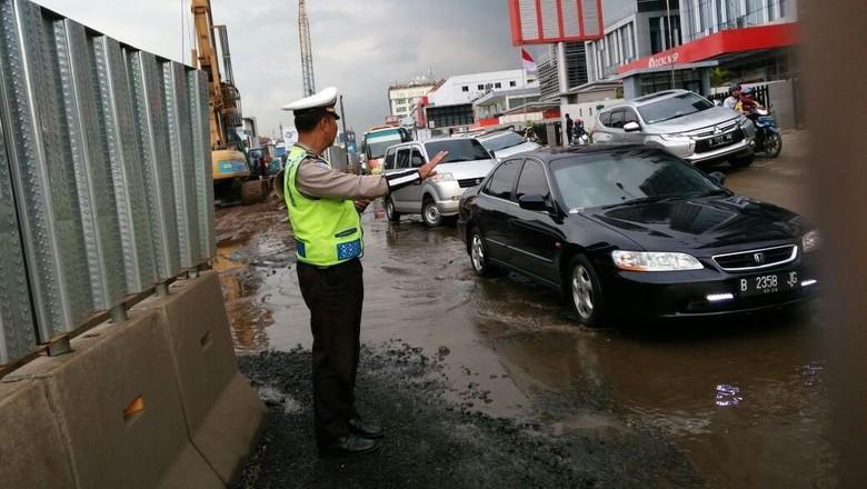 Jakarta Hujan Deras Sore Ini, Lalin di Sejumlah Jalan Macet