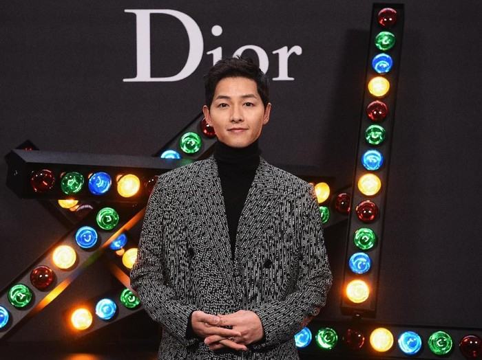 Song Joong Ki saat hadir di fashion show Dior. Foto: Getty Images