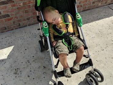 Ketika sudah nggak sanggup nahan kantuk, stroller pun jadi tempat melepas kantuk. (Foto: Instagram/meg0elisabeth)
