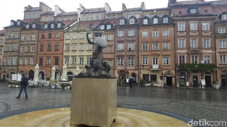 Foto: Patung putri duyung yang jadi ikon kota tua Warsawa (Odilia/detikTravel)