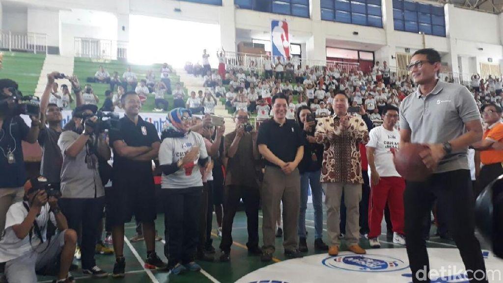 Buka Pelatihan Guru Olahraga, Sandi Unjuk Kebolehan Main Basket