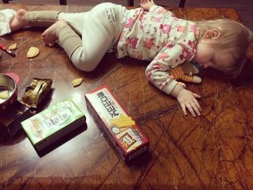 Kayaknya si kecil kekenyangan, makanya ngantuk dan tidur di meja makan. He-he. (Foto: Instagram/ramboyj)
