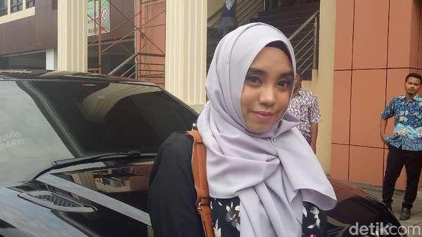 Kemesraan Awkarin dengan Anak Wakil Ketua MPR, Lucinta Luna Pamer Body Seksi