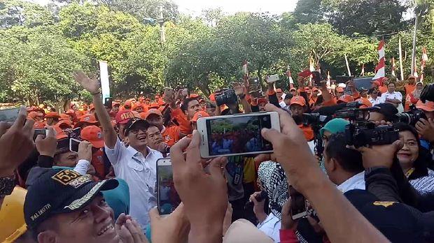 Sandiaga ikut bernyayi lagu Terajana bersama petugas PPSU.