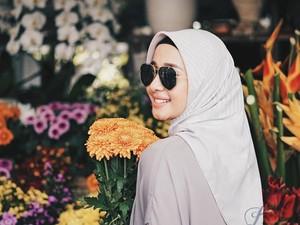 4 Jenis Bahan Jilbab Laudya C. Bella yang Bikin Hijabers Penasaran