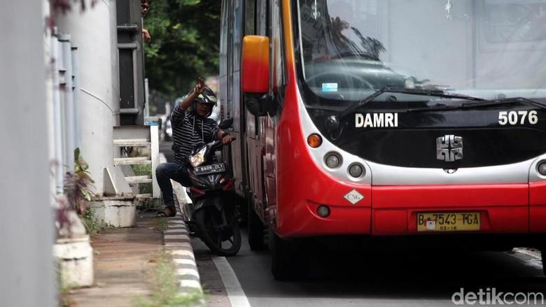Foto: Hindari Polisi, Pemotor Terjepit Bus TransJ