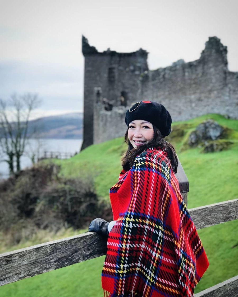 Chef Marinka melewatkan liburan tahun baru di Inggris. Di negeri Ratu Elizabeth ini, Chef Marinka mengunjungi beberapa kastil, termasuk Kastil Urquhart di tepi Danau Loch Ness, Skotlandia. (Instagram/@rinrinmarinka)