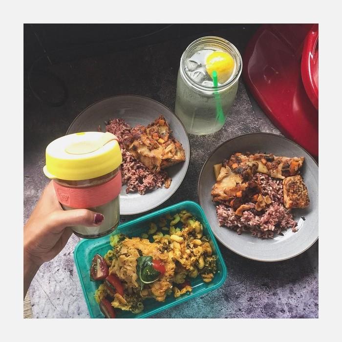 Sophie Navita dikenal sebagai yang sangat mementingkan gaya hidup sehat. Salah satu caranya ialah mengonsumsi makanan sehat setiap hari, seperti mengurangi asupan daging dan memperbanyak sayuran. Pantas saja awet muda ibu satu ini. (Foto: Instagram/sophienavita)