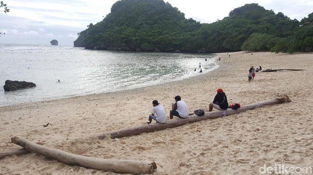 Salah satu pantai selatan di Malang/
