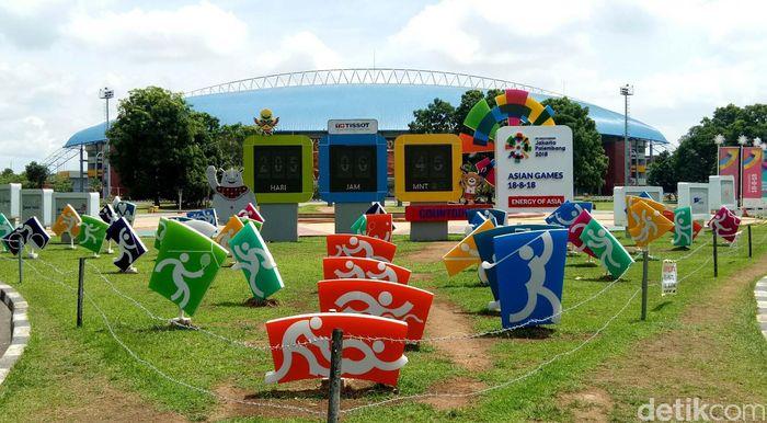 Maskot Asian Games di pintu masuk Stadion Utama Gelora Jakabaring.