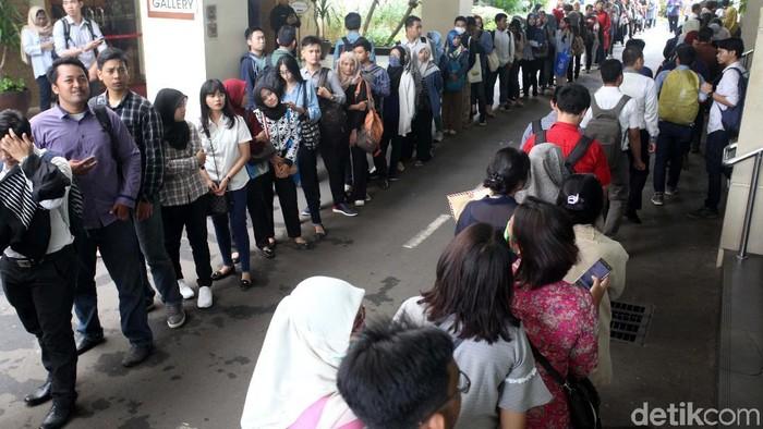Indonesia Career Expo kembali hadir di Balai Kartini, Jakarta. Ribuan pengunjung antre untuk mencari lowongan pekerjaan.