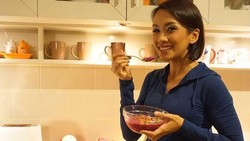 Hari Gizi Nasional jatuh setiap tanggal 25 Januari. Ingin memiliki motivasi menu makanan sehat? Intip menu makanan para selebritis berikut ini.