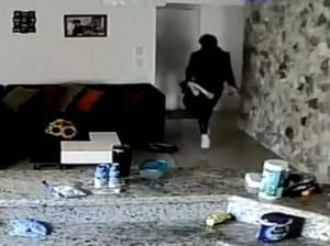 Pria Tak Dikenal Masuk Rumah, Bocah Ini Sembunyi dan Telepon Polisi