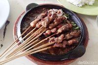 Sate berbahan ekstrim jadi makanan khas Malang yang bisa kamu coba.