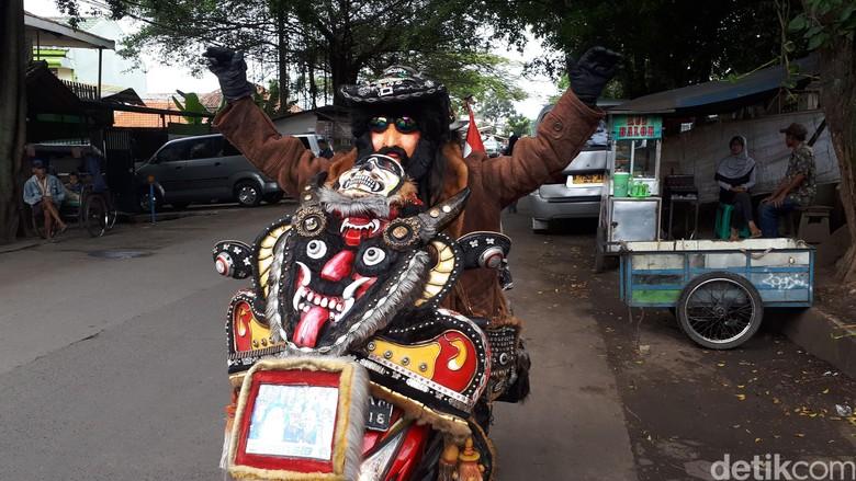 Menyita Perhatian, Biker dan Motornya Bergaya Nyentrik di Bandung. Foto: Mukhlis Dinillah