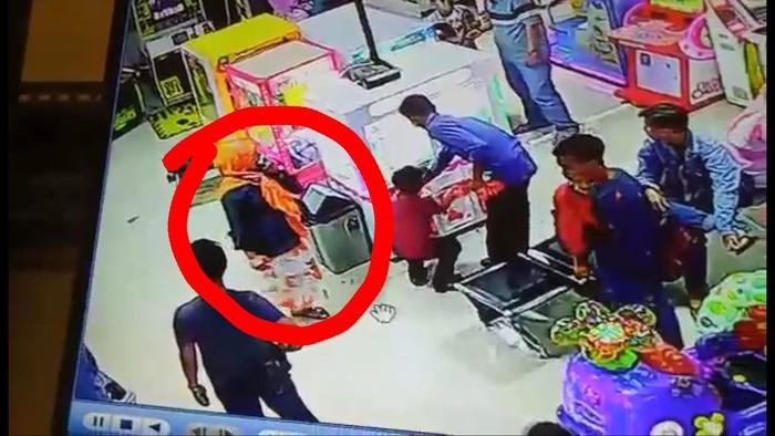 Gerak gerik si ratu hipnotis terekam kamera CCTV salah satu supermarket di Kota Sukabumi. (Foto: istimewa)