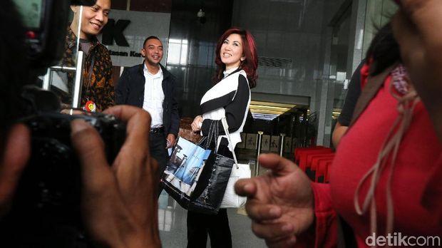 Dokter  Sonia Wibisono saat diperiksa KPK pada Jumat (26/1)