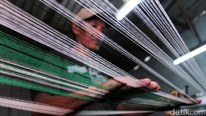 Pada tahun 90-an produksi kain tenun di Kecamatan Majalaya, Ibun dan Paseh, Kabupaten Bandung, berkembang pesat. Kini kejayaan prodak tekstil Majalaya kian hari kian meredup.