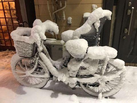 Sepeda yang tertimbun salju tebal