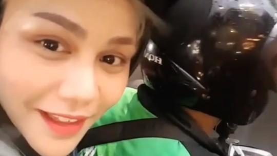 Berasa Romantis, Nih Pose Si Seksi DJ Butterfly Naik Go-Jek