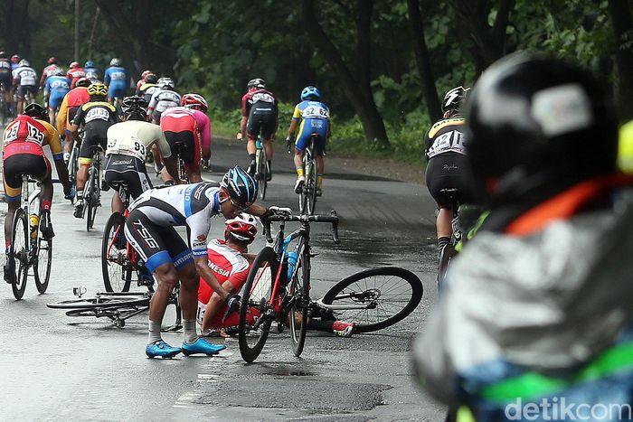 Etape kedua Tour de Indonesia 2018 menjadi jalur neraka bagi 90 pebalap yang ambil bagian.