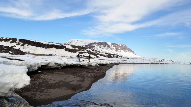 Berlokasi di Disko Island atau Pulau Disko, traveler dapat menemukan satu pantai yang unik tiada dua. Namanya adalah Pantai Siorarsuit (CNN)