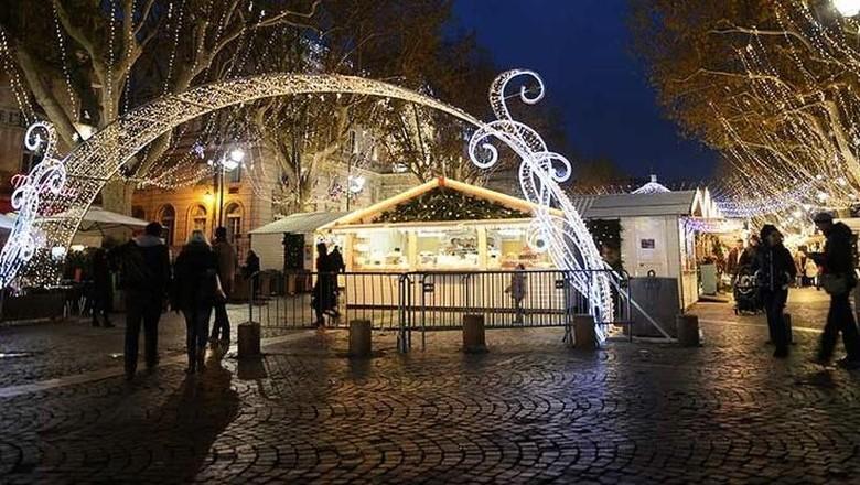 Suasana taman lampu di Paris (Blachere Illumination France)